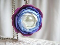 Purpure, přívěsek Přívěsek z polymerové hmoty Fimo o průměru cca 26 mm, uvnítř je skleněná perlička. Delka řetízku je 60 cm.