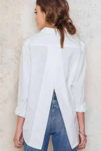 The white shirt with a twist! The Disarm Shirt is oversized with raw edges at th. The white shirt with a twist! The Disarm Shirt is oversized with raw edges at the collar and overlapping split back. Fashion Mode, Fashion Outfits, Womens Fashion, Fashion Trends, Classic White Shirt, White Shirts Women, Dress Shirts For Women, Look Retro, Spring Shirts