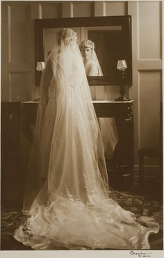 Bridal portrait with mirror reflection, St. Louis, Missouri. Photograph by Martin Schweig,1916. Image © Harvard Art Museums.