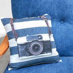 Het Covers & Co Benn Sierkussen geeft je kamer een stoere look. Het kussen heeft met zijn ruwe denim en vintage camera print, een urban sfeer. Je kunt het kussen op je bed leggen maar hij staat ook goed op een bureau stoel of denim of leren fauteuil.