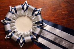 This one may be in Russian Homecoming Mums Senior, Homecoming Garter, Football Homecoming, Homecoming Corsage, Homecoming Spirit, How To Make Mums, Make And Sell, Distintivos Baby Shower, Football Mums