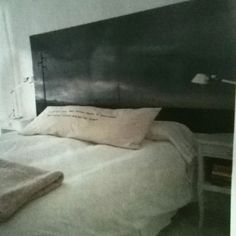 Respaldo de cama hecho de fotografía que le da mas profundidad