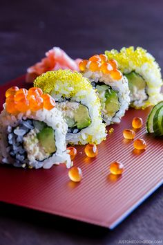 Roll カリフォルニアロール - Filled with creamy avocado, sweet crab meat and crunchy cucumber, California roll is by far the most popular sushi roll in the US. In this recipe, you'll learn how to make the delicious sushi roll at home. California Roll Recipes, California Roll Sushi, California Rolls, Easy Japanese Recipes, Japanese Food, Asian Recipes, Ethnic Recipes, Japanese Desserts, Crab Recipes