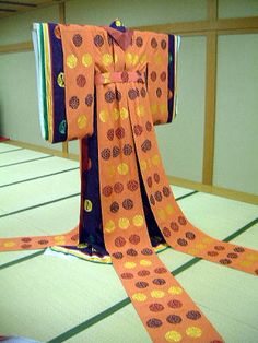 "replication of ""hana tachibana"" with ""hosonaga"" outer layer, kasane no irome kimono worn by Murasaki no Ue in Tale of Genji. by museum of kyoto in 2001. http://www.bunpaku.or.jp/info_english.html"