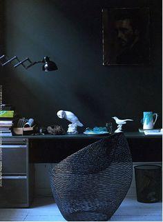 Pra provar que não precisa ser tudo branco no home office. Garanta uma boa luz natural e sua luminária para tarefas.