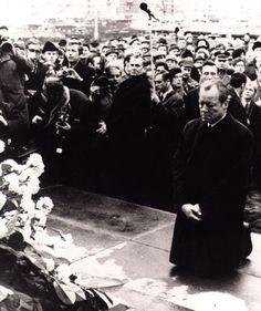 빌리 브란트 전 서독 총리가 1970년 12월 폴란드 바르샤바의 유대인 게토 추모비 앞에 무릎을 꿇고 나치의 손에 잔혹하게 희생된 이들의 넋을 기리고 있다.   <한겨레> 자료사진