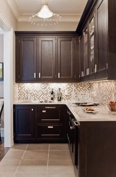 Inspiration for kitchen- dark cabinets, white counter, glass tile backsplash.these cabinets would be SO pretty in our small kitchen! Backsplash With Dark Cabinets, Glass Tile Backsplash, Dark Kitchen Cabinets, Kitchen Redo, New Kitchen, Kitchen Remodel, Kitchen Backsplash, Kitchen Ideas, Gray Countertops