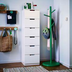 Un recibidor con una cómoda blanca y un perchero verde