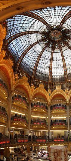 Galeries Lafayette, Paris. En 1893, Théophile Bader y Alphonse Kahn, dos primos, crearon Les Galeries Lafayette en la esquina de la rue La Fayette y de la rue de la Chaussée d'Antin, más de 40 años después de Le Bon Marché. El almacén estaba idealmente localizado en las proximidades de la Ópera Garnier, de los grandes bulevares y de la estación de Saint-Lazare. Rápidamente atrajo los empleados de oficinas y la gran burguesía.