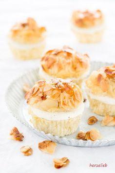 Rezept für leckere Bienenstich-Muffins von  herzelieb   Bienenstich vom Blech war gestern! Bei uns gibt es Bienenstich-Muffins! Tolles Rezept ohne Ei und ohne Gelatine! Nachbacken lohnt sich! Ein Rezept von herzelieb  Backen, Geburtstag, Kuchen, Muttertag, Rezept, Valentinstag, Whoopie Pies