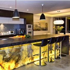 #llamativa #cocina con creativo detalle en #marmol e #iluminacion Ve mas #ideas para #remodelar en: arquitecturacreativa.blogspot.com Siguenos también...