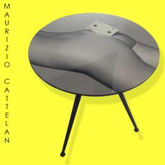 Mesa Lateral Designer: Maurizio Cattelan Material: Madeira Medidas: 60 diam X 66 H