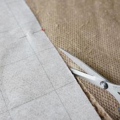 はじめに こんにちは、ハンドメイド子供服作家のeminkoこと、今西恵美です。 この季節になると手芸屋さんに並ぶ、ふわふわで可愛いファー生地。今回はファー生地を使った、簡単に作れる子供用マフラーの作り方をご紹介します。 用意するもの こちらの材料をご用意下さい。 ファー生地:20cm お好みの柄生地...