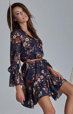 97ac4fb0c8 Ivon Aurelia sukienka w kwiaty Piękna sukienka wykonana z delikatnej i  miękkiej dzianiny w piękny kwiatowy