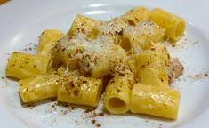 Rigatoni con crema di robiola, guanciale e curry Rigatoni, Best Diner, Capellini, Curry, Pasta Noodles, Linguine, Gnocchi, Macaroni And Cheese, Food To Make