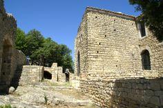 Le château de Gicon domine le village de Chusclan. Ce site était déjà occupé par les gaulois avant le contrôle de la zone par les romains. C'est au passage de l'an mil qu'un château fut construit sur le site de Gicon. Le Village, Mount Rushmore, Mountains, Building, Nature, Travel, Tourism, Naturaleza, Viajes
