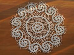 This Pin was discovered by Ayş Marque-pages Au Crochet, Crochet Doily Diagram, Crochet Round, Crochet Home, Crochet Doilies, Doily Patterns, Knitting Patterns, Crochet Patterns, Crochet Table Topper