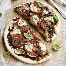 Pizza mit Champignons und Mozzarella
