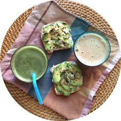 Verde que te quiero verde! Ya en modo vacaciones... Pan #singluten con ricotta, aguacate y pipas de calabaza, #greensmothie y café con leche de avena. Buenos días! #losdesayunosdeaurora