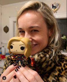 Brie Larson with a Captain Marvel doll. Marvel Dc, Marvel Comics, Marvel News, Marvel Actors, Marvel Heroes, Funko Pop Marvel, Brie Larson, Ghost Rider, Captain Marvel Carol Danvers