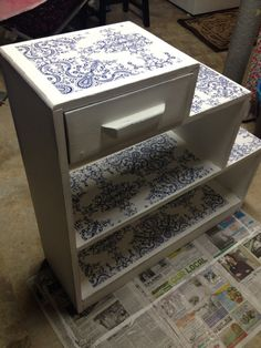 Mod Podge paint wrapping paper = beautiful new (old) shelf. Diy Cardboard Furniture, Paper Furniture, Cardboard Crafts, Recycled Furniture, Diy Wood Projects, Diy Projects To Try, Furniture Projects, Furniture Makeover, Diy Organisation