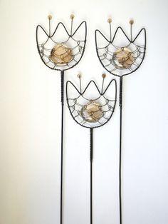 Zápich tulipán - hnědorůžový Tulipán je zhotoven z černého žíhaného drátu a dozdoben skleněnou čočkou a perličkami. Délka stvolu a květu je cca 35cm, velikost květu je 7x6,5cm. Zápich se hodí do květináčů, suchých vazeb a různých dekorací. Sklo propouští světlo. Drát je ošetřen proti korozi, ve velmi vlhkém prostředí může chytit patinu.