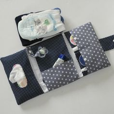A diaper bag or nappy bag is a storage bag with many pocket-like spaces that is big enough to carry everything needed by someone taking care of a baby while taking a typical short outing. Love Sewing, Baby Sewing, Sew Baby, Baby Sheets, Diy Backpack, Baby Supplies, Baby Pillows, Patchwork Bags, Baby Kind