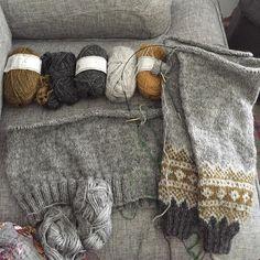 """402 Likes, 11 Comments - Dödergök (@dodergok) on Instagram: """"Åskan rullar på i bakgrunden och jag har kurat upp mig i soffan med min #galdhöpiggensweater och en…"""""""