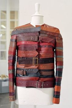 Looks like a steampunk straight jacket upcycling leather belts to jacket - by belgian fashion designer Martin Margiela, Maison Martin Margiela, Paris- Artisanal collection - autumn Spring 2006 Quirky Fashion, Colorful Fashion, A Level Textiles, Recycled Leather, Recycled Fashion, Upcycled Vintage, Refashion, Diy Clothes, Fashion Brands