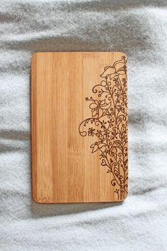 **Du brauchst ein Küchenbrettchen? Ein Holzbild für die Wand? Ein neues Utensil fürs Liebesspiel? Das 'Blumenduft'-Brettchen steht für jedes Feeble zu Diensten.** Das Brettchen besteht aus...