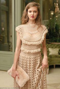 ☆Fashionista: Lyndsey Wixon went for a more classic tasseled garment with a matching furry clutch Black Crochet Dress, Crochet Skirts, Crochet Blouse, Crochet Clothes, Crochet Lace, Knit Dress, Crochet Wedding Dresses, Crochet Magazine, Crochet Woman