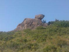 Perrito de piedra tumbado al sol.#Sorlada