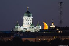 Helsinki: The moon sets behind the roofs of Kruununhaka district, next to Helsinki Cathedral. Photo taken from Mustikkamaa island in the evening twilight. Moon Setting, Scandinavian Countries, Beautiful Scenery, Empire State Building, Taj Mahal, Parks, Cathedral, Sky, Country