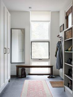 玄関 Contemporary Muskoka Cottage 片開き - 広い - ホワイト 引き出し 整理 インテリア実例