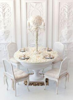Para una boda íntima con mesas pequeñas decorarlas en forma monocromática las hará lucir mas grandes.