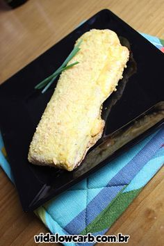 Esse salgado maromba Low Carb é muito gostoso e versátil! Para rechear usei um rolinho de queijo e presunto, mas dá para variar os recheios.
