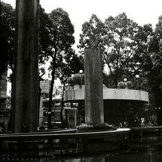 Pentacon Six TL + Carl Zeiss Jena Biometar 80mm F2.8  Shanghai 120 Film ISO 100  Location: Ho Con Rua - Saigon - Vietnam    Hồ Con Rùa, tên chính thức là Công trường Quốc tế, là tên gọi dân gian của một vòng xoay giao thông có đài phun nước, nối ba đường http://www.flickr.com/photos/may-loc-nuoc/8592423914/in/set-72157633091194683  http://www.flickr.com/photos/may-loc-nuoc/sets/