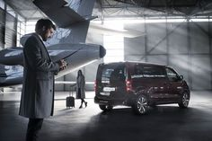 The Peugeot Traveller i-Lab's powerful front end shows off its dynamic capabilities, enhanced by various air inlets including the vertical grille and a robust chromed trim.