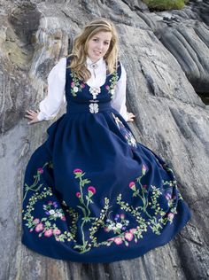 Leksvikdrakten Kommer fra Leksvik i Nord Trøndelag, og er komponert… Norwegian Clothing, Norwegian Fashion, Norwegian Style, Folk Clothing, Historical Clothing, Costumes Around The World, Kirara, Mode Masculine, Folk Costume