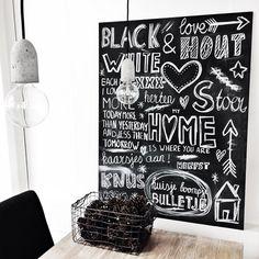 canvas, zwarte verf spuitbus, krijtverf stift