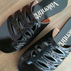 O passeio de domingo com uma flat pretinha básica  #regram @calcados_stiletto#shoes #fashion #loveit #love #loveshoes #shoeslover #black #flat #bordado #shine #valentinaflats