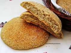 Préparés avec de la semoule fine d'orge, ces pains sont à la fois savoureux et riches en fibres, minéraux et en vitamines. Ils sont traditionnellement présentés avec de l'huile d'olive et du thé à la menthe. Pour 4 pains INGREDIENTS 250g de semoule fine...