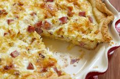 Make this delicious breakfast quiche for your friends and family. Substitute your favorite veggies instead of ham for a delicious quiche too! Great British Bake Off, Quiche Recipes, Cheese Recipes, Bacon And Cheese Quiche, Yummy Snacks, Yummy Food, Low Carb Quiche, Gourmet Cookies, Breakfast Quiche
