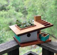 These midcentury modern birdhouses are adorable - - Douglas Barnhard finds inspiration in midcentury designs by Frank Lloyd Wright, Joseph Eichler, and Bauhaus while bringing a bit of his hometown's surf and skate culture to each creation. Midcentury Birdhouses, Modern Birdhouses, Bird Feeder Plans, Bird House Feeder, Small Woodworking Projects, Wood Projects, Birdhouse Designs, Bird House Kits, Bird Aviary