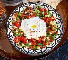 Gehacktes kann auch vegetarisch sein. Mit verschiedenem, klein geschnittenem Gemüse und gut gewürzt beweist es dieser Salat. Eggs, Cooking, Breakfast, Recipes, Food, Spaghetti, Low Carb, Cooking Recipes, Recipes With Rice
