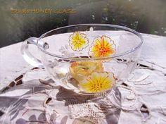 ガラスのティーカップに、鮮やかで美しい発色のガラス専用絵具で、ひとつひとつ手描きをしております。マット感のある絵具でオレンジ系の花を描きました。光を通すとセロ...|ハンドメイド、手作り、手仕事品の通販・販売・購入ならCreema。