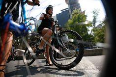 Mujeres ciclistas exigen respeto a los automovilistas. Foto: AP / Marco Ugarte