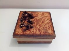 Caixa com engomagem e sementes de eucalipto. Simone Aguiar - Pequenos Agrados