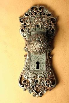"I would love to a door knob that plays ""la vie en rose. 'This door knob music box is unusual but very beautiful. If you turn the door knob it plays ""La Vie En Rose"". Vintage Door Knobs, Door Knobs And Knockers, Antique Door Knobs, Knobs And Handles, Door Handles, Vintage Doors, Door Pulls, Antique Brass, Old Doors"