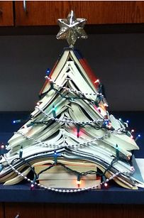Xmas Tree made from books DCG Middle School Library: library display. Book Christmas Tree, Book Tree, 12 Days Of Christmas, Xmas Tree, Cheap Christmas, Christmas Displays, Christmas Decorations, Grinch Christmas, Christmas Outfits